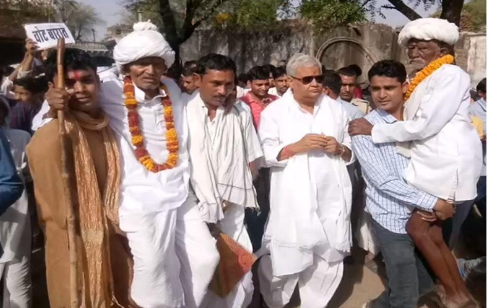 दौसा में राज्यसभा सांसद डॉ. किरोड़ीलाल मीणाहाजया का बास गांव में वोट बारात लेकर मतदान केन्द्र पहुंचे.