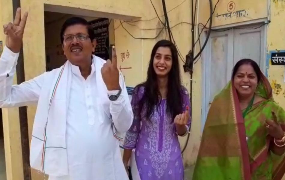 दौसा में कांग्रेस प्रत्याशी सविता मीणा अपने परिवार के साथ मतदान करने पहुंची.