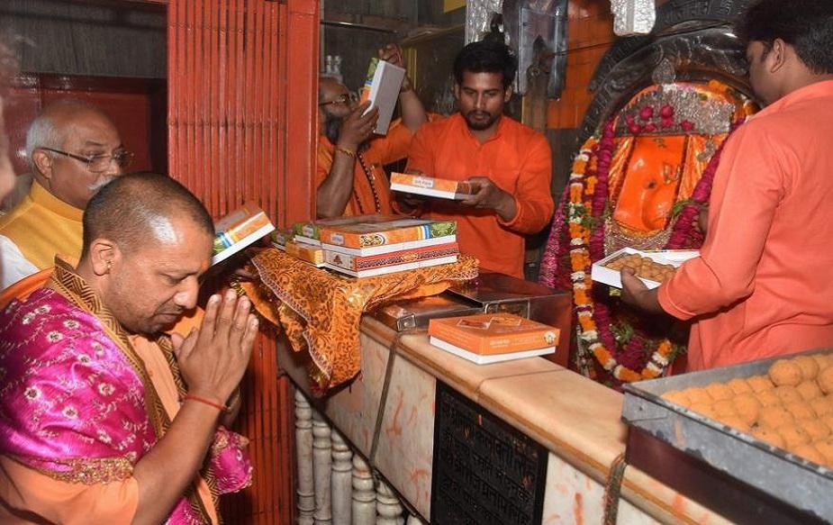 19 अप्रैल 2019 को उत्तर प्रदेश के मुख्यमंत्री योगी आदित्यनाथ ने हनुमान जयंती के मौके पर लखनऊ के अलीगंज स्थित ऐतिहासिक हनुमान मंदिर का दौरा कर वहां पूजा-अर्चना की.(image credit: PTI)