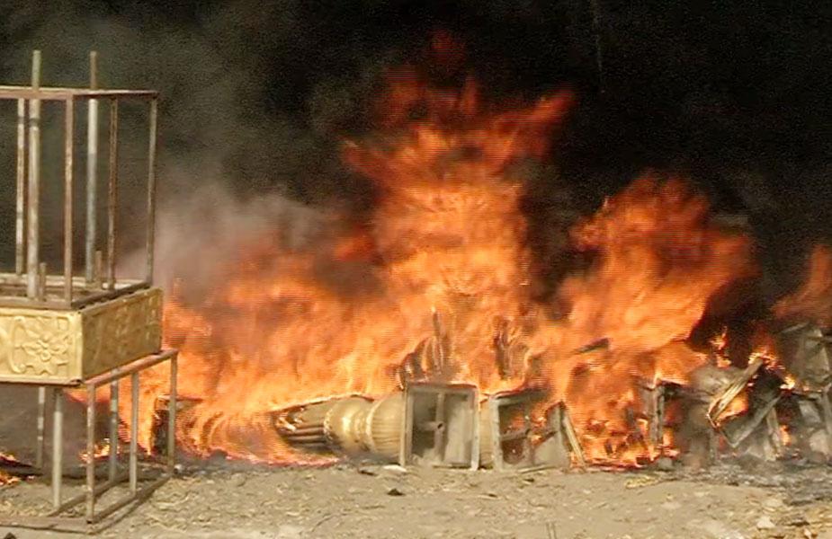 इंदौर के रोशन सिंह भंडारी मार्ग पर खाली पड़े मैदान में शादी के लिए रखे सजावट के सामान में अचानक भीषण आग लग गई. लोगों ने तुरंत आग की सूचना दमकल और निगम दफ्तर को दी.