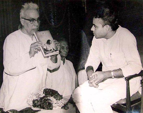 तत्कालीन संघ प्रमुख बालासाहेब देवरस के साथ बिना दाढ़ी-मूंछ के नरेंद्र मोदी