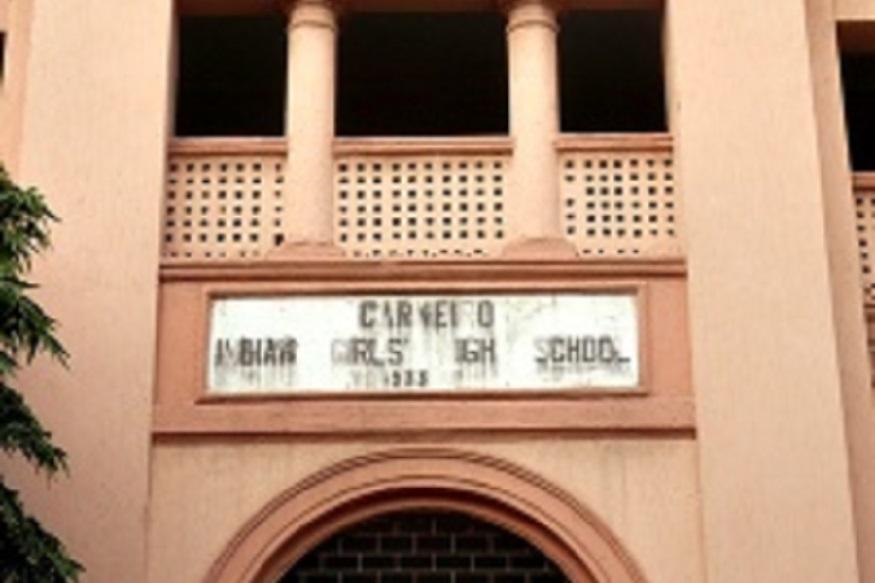 कराची में लड़कियों के प्रमुख सरकारी कालेज गर्वर्नमेंट कालेज फार वूमन शरारे लियाकत में कई जगहों पर अब भी इंडियन गर्ल्स हाईस्कूल लिखा हुआ मिल जाता है. इस स्कूल की दीवारों पर लगे शिलालेख पत्थरों में इसका नाम इंडियन गर्ल्स हाई स्कूल लिखा है. ये कॉलेज 1920 में एक पारसी सज्जन तैयब की कोशिशों से खुला था.