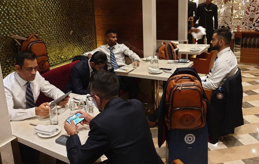 लंदन रवाना होने से पहले टीम इंडिया के खिलाड़ी मुंबई एयरपोर्ट पर मस्ती मजाक करते हुए नजर आए. कुछ खिलाड़ी अपने लैपटॉप पर व्यस्त थे. कप्तान विराट कोहली, महेंद्र सिंह धोनी और टीम के कई और स्टार खिलाड़ी एयरपोर्ट पर हंसी मज़ाक करते नज़र आए. बीसीसीआई ने खिलाड़ियों की तस्वीरें जारी की हैं. इनमें धोनी और चहल मोबाइल पर ऑनलाइन गेम खेलते नजर आए. वहीं कप्तान विराट कोहली और हार्दिक पंड्या आपस में बात करते दिखे.