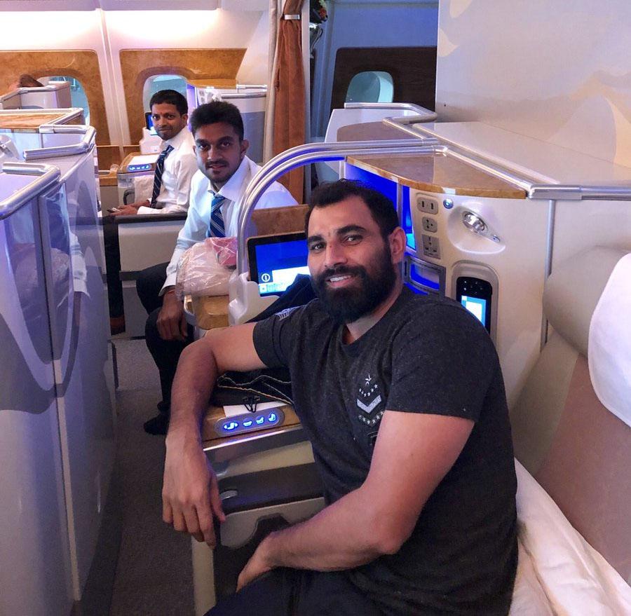 मोहम्मद शमी ने यह फोटो शेयर की. भारतीय टीम बिजनेस क्लास से इंग्लैंड गई हैं. इस फोटो में शमी के साथ विजय शंकर और टीम इंडिया के सपोर्ट स्टाफ के सदस्य भी नजर आए.
