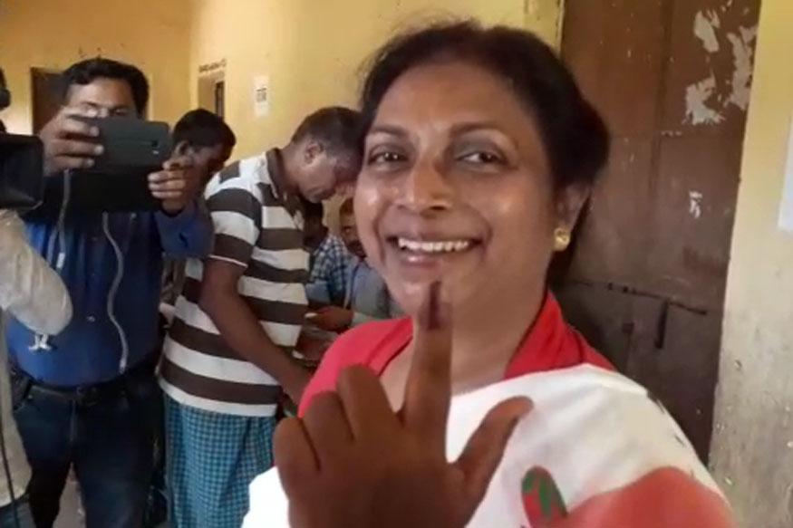 दुमका के एकमतदान केन्द्र पर मंत्री लुइस मरांडी ने अपने मताधिकार का प्रयोग किया