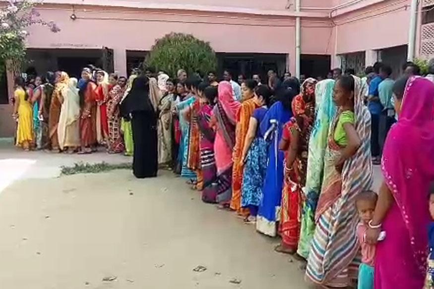 वोटिंग को लेकर महिला मतदाताओं में काफी उत्साह देखा जा रहा है. बूथों पर महिलाओं की लंबी-लंबी करातें देखी जा रही हैं.