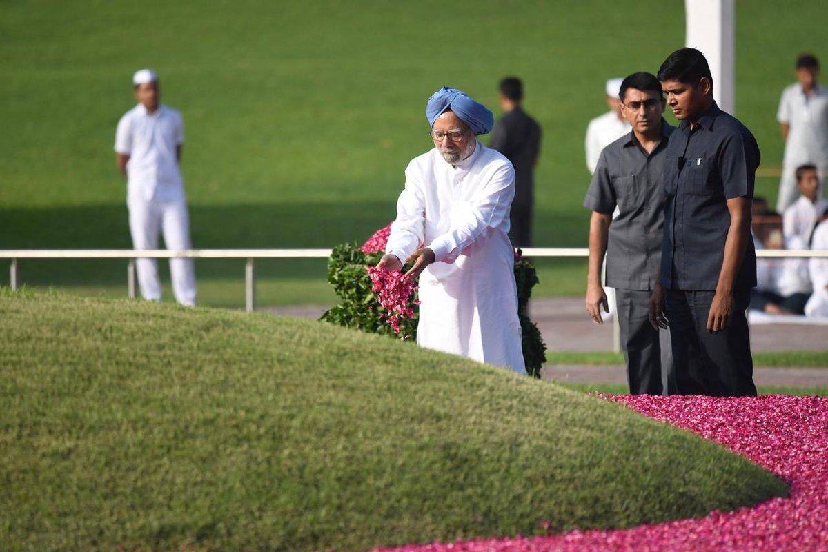 पूर्व प्रधानमंत्री डॉ मनमोहन सिंह ने भी शांति वन में नेहरू को पुष्प अर्पित किए.