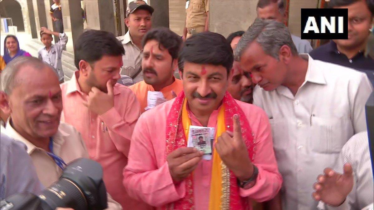 बीजेपी दिल्ली प्रदेश के अध्यक्ष और उत्तर पूर्व दिल्ली से बीजेपी के उम्मीदवार मनोज तिवारी ने भी यमुना विहार में अपना वोट डाला.