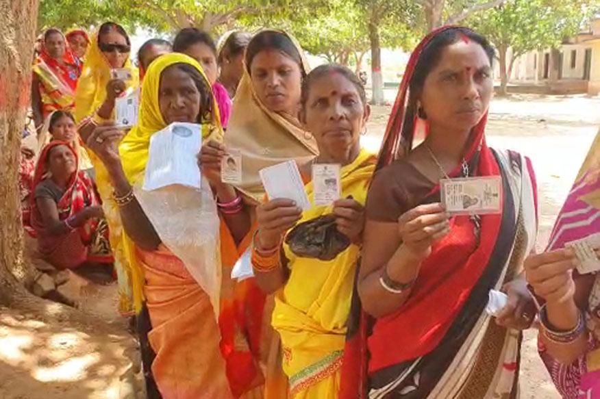 गिरिडीह के अतिनक्सल प्रभावित वीरदास इलाके में बेखौफ होकर मतदाता ने वोट किया. बड़ी संख्या में महिलाओं ने मताधिकार का प्रयोग किया.