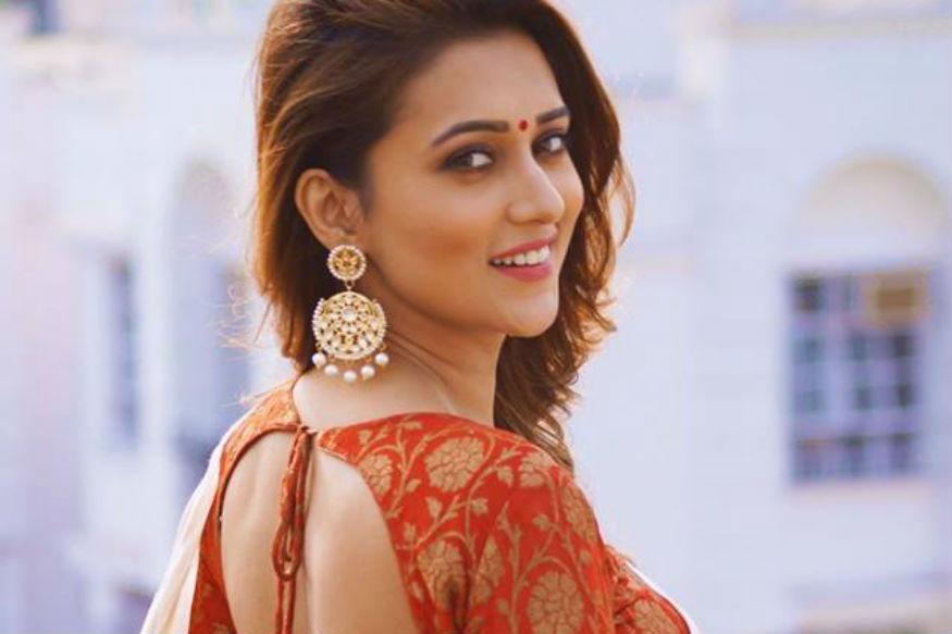 मिमी को उनके अभिनय के लिए अब तक चार अवार्ड मिल चुके हैं. मिमी प्रमुख रूप से बंगाली सिनेमा की अभिनेत्री हैं. उनका ज्यादातर काम बंगाली में ही किया.