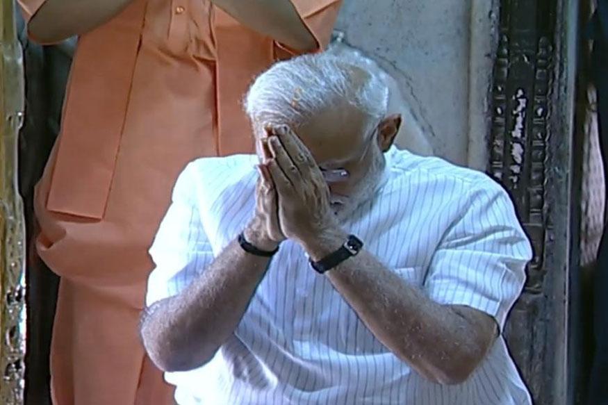 लोकसभा चुनाव में प्रचंड जीत के बाद काशीवासियों का आभार व्यक्त करने प्रधानमंत्री नरेंद्र मोदी सोमवार को वाराणसी पहुंचे. शपथ ग्रहण से पहले नरेंद्र मोदी अपने संसदीय क्षेत्र वाराणसी में बाबा विश्वनाथ के दर्शन पूजन कर उनका आशीर्वाद लिया. इस दौरान उनके साथ बीजेपी के राष्ट्रीय अध्यक्ष अमित शाह और मुख्यमंत्री योगी आदित्यनाथ भी मौजूद रहे.