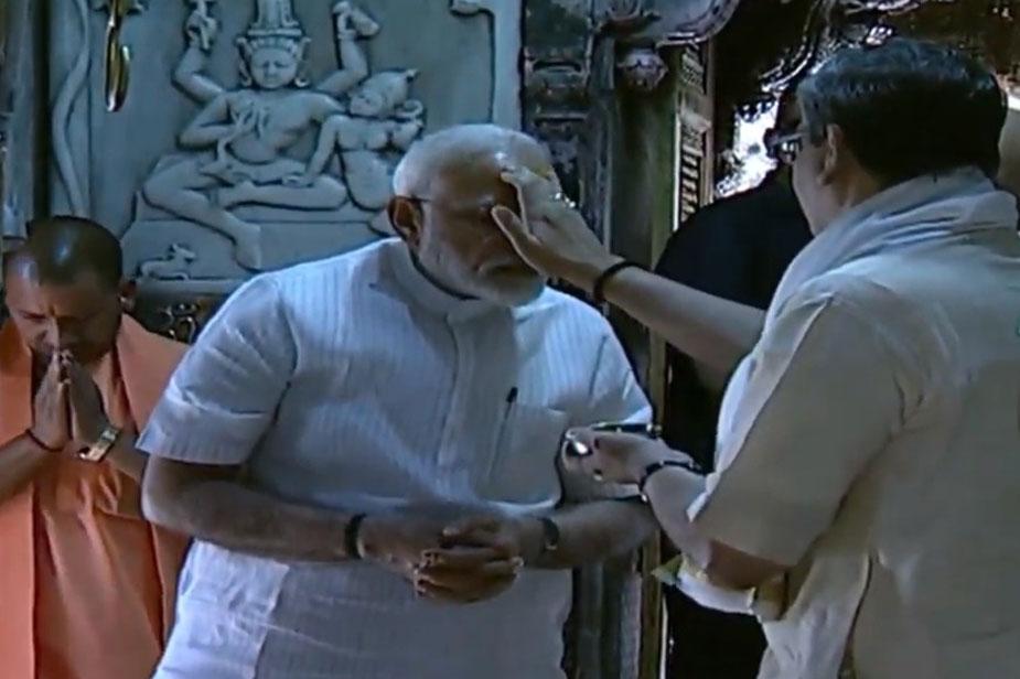 मोदी ने करीब आधे घंटे बाबा विश्वनाथ के मंदिर में बिताए. इस दौरान मंदिर के मुख्य पुजारियों ने विधिवत पूजा सम्पन्न करवाई. इसके बाद वे सभी पुजारियों से भी मिले और उनका अभिवादन स्वीकार किया.