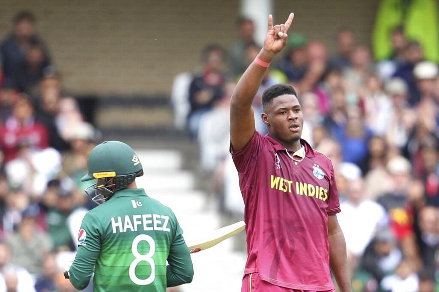 मोहम्मद हफीज : एक और शॉर्ट गेंद, एक और विकेट. इस बार इसकी गाज गिरी पाकिस्तान के अनुभवी बल्लेबाज मोहम्मद हफीज पर. मुंह के पास आती थॉमस की गेंद से बचने की कोशिश में हफीज का बल्ला गेंद के पास ही रह गया और किनारा लगकर गेंद हवा में उछल गई. इसे लपकने में कॉटरेल ने कोई गलती नहीं की. हफीज ने 24 गेंद पर 16 रन बनाए.
