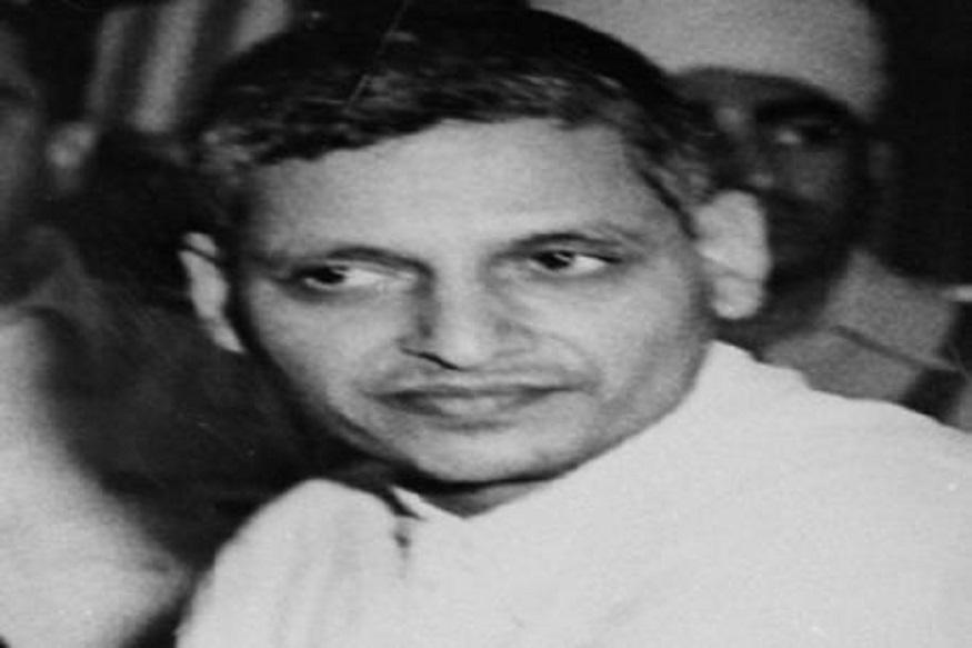 फिल्म अभिनेता से सियासत की दुनिया में कूद कमल हासन ने नाथूराम गोडसे को आजाद भारत का पहला हिंदू आतंकी कहा है. आखिर कौन था नाथूराम गोडसे. हालांकि नाथूराम गोडसे का नाम हर भारतीय की जुबान पर रहता है. लेकिन जानते हैं कैसा था उसका जीवन. क्यों अब उसे एक वर्ग आजाद भारत का हिंदू आतंकी कह रहा है.