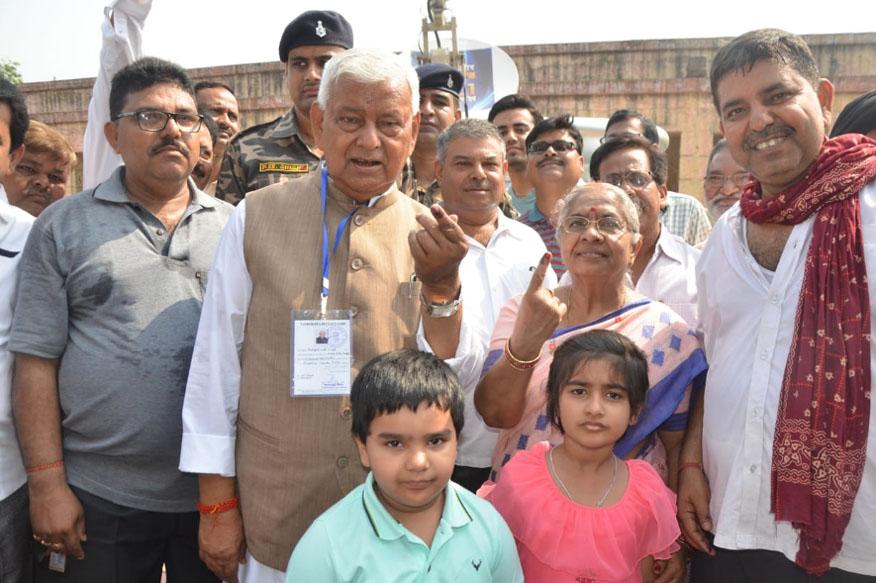 भाजपा प्रत्याशी पीएन सिंह ने पत्नी के साथ धनबाद के लक्ष्मी नारायण विद्यामंदिर उच्च विद्यालय, धनसार के बूथ पर मतदान किया. उनकी 85 वर्षीय सास ने भी वोट किया.