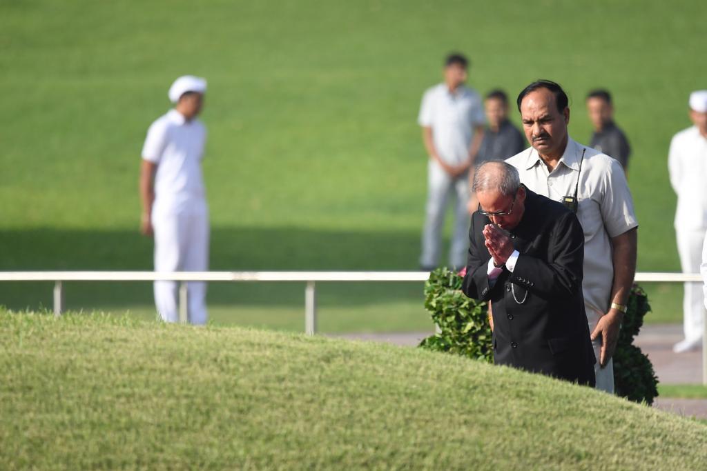 पूर्व राष्ट्रपति प्रणब मुखर्जी ने भी नेहरू को श्रद्धा सुमन अर्पित किए.
