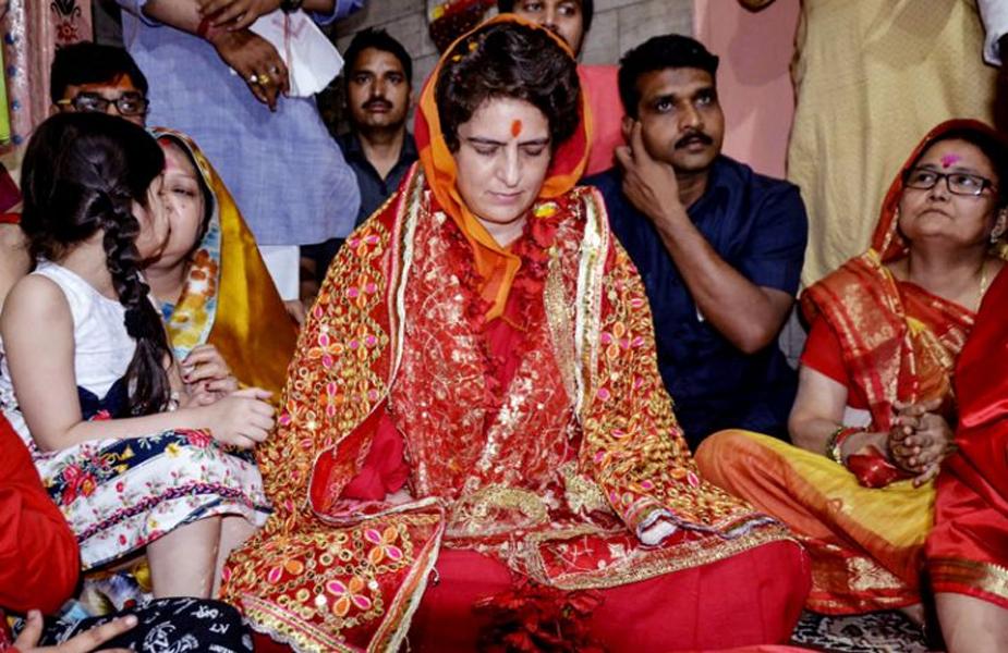 वैसे ये पहली बार नहीं है जब से चुनाव का सीजन शुरू हुआ है प्रियंका को कई बार मंदिरों में देखा जा चुका है.