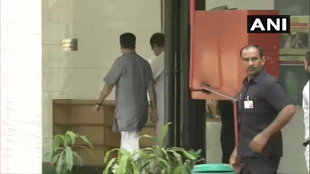 कांग्रेस अध्यक्ष राहुल गांधी भी आज सुबह दिल्ली के औरंगजेब लेन स्थित एनपी सीनियर सकेंडरी स्कूल में वोट डालते दिखे.