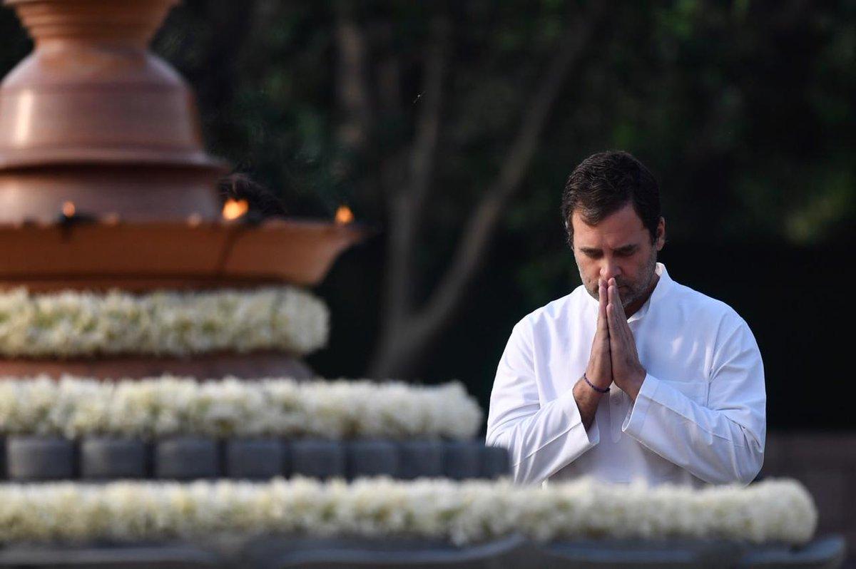 कांग्रेस अध्यक्ष राहुल गांधी ने भी अपने पिताको उनकी पुण्यतिथि पर नमन किया. वह बहन प्रियंका और मां सोनिया के साथ वीर भूमि पहुंचे.