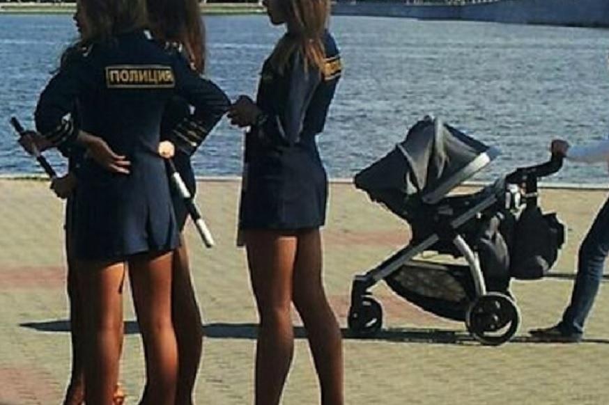 कुछ दिन पहले रूसी महिला पुलिस की पोशाक को लेकर तब विवाद हो गया था जब कुछ महिलाओं ने छोटी स्कर्ट पहननी शुरू कर दी थी. तब रूस के गृह मंत्रालय को बकायदा आदेश जारी कर इस पर रोक लगानी पड़ी थी.