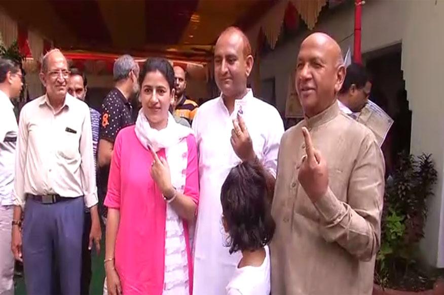 मंत्री सरयू राय ने जमशेदपुर में परिवार के साथ मतदान किया