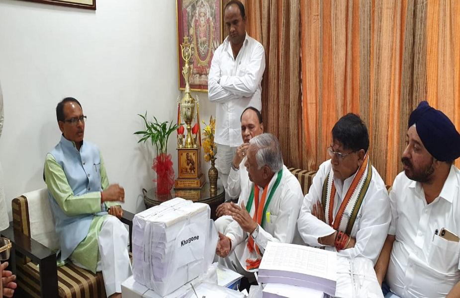 मध्य प्रदेश कांग्रेस का एक प्रतिनिधिमंडल सुरेश पचौरी की अगुवाई में 21 लाख कर्ज माफी वाले किसानों की प्रमाणित सूची के साथ पूर्व सीएम शिवराज के घर पहुंचा. सुरेश पचौरी जी की अगुवाई में मिले इस प्रतिनिधिमंडल में चंद्रप्रभाष शेखर, मंत्री पीसी शर्मा, शोभा ओझा, नरेन्द्र सलूजा, राजीव सिंह , भूपेन्द्र गुप्ता, प्रकाश जैन, जेपी धनोपिया, मांडवी चौहान, कैलाश मिश्रा आदि उपस्थित थे.