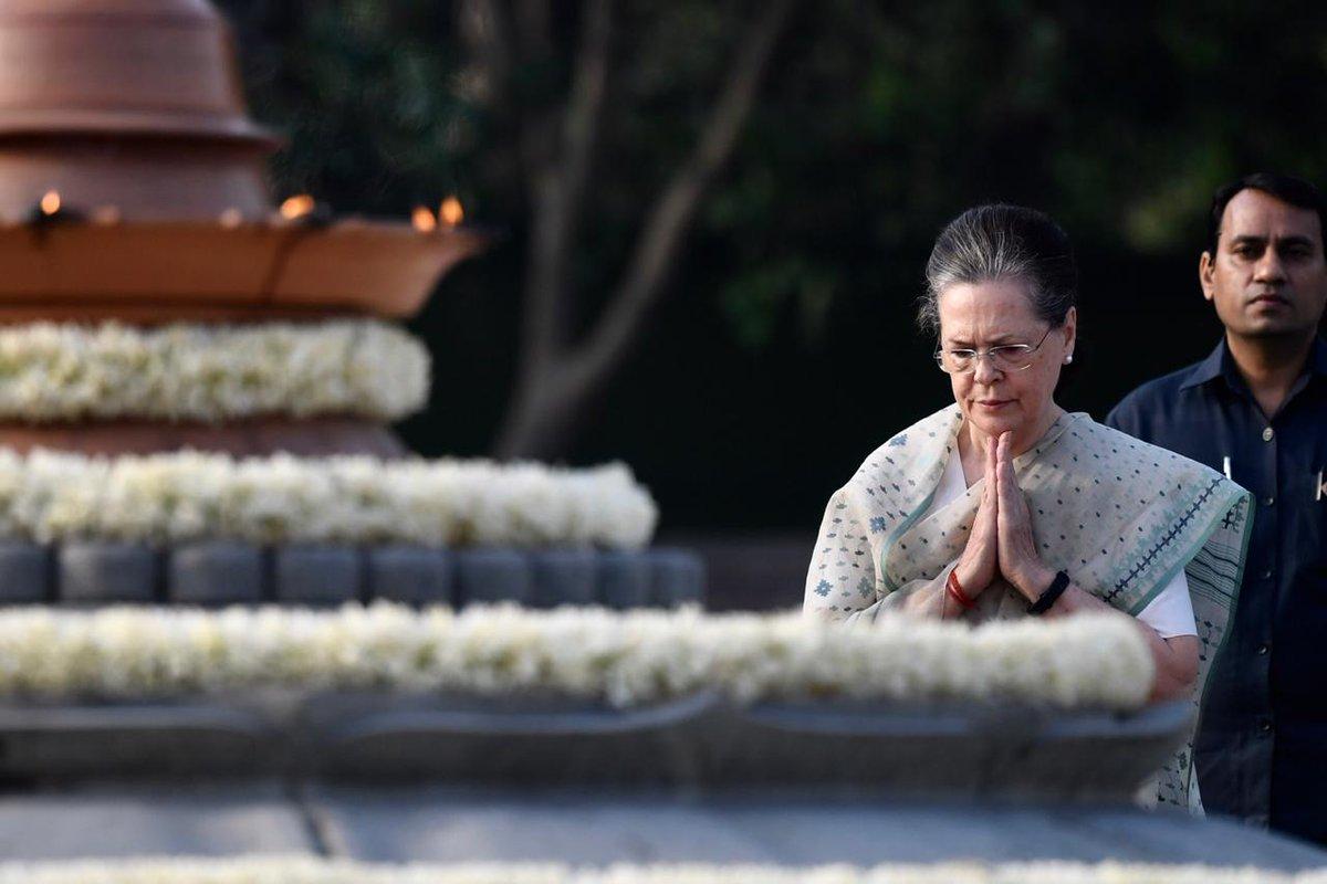 यूपीए चेयरपर्सन और राजीव गांधी की पत्नी सोनिया गांधी ने भी श्रद्धांजलि अर्पित की.