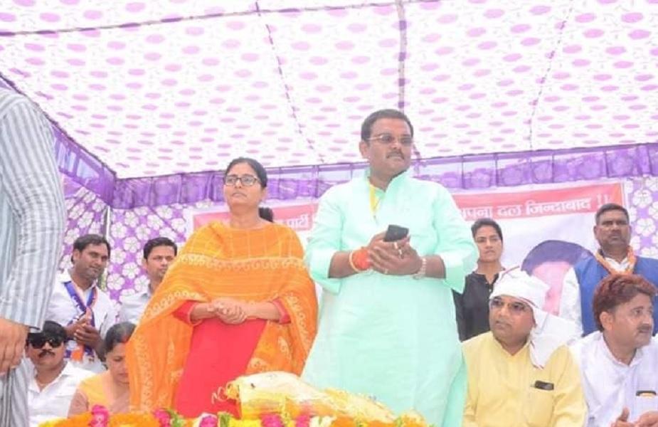इससे पहले 1996 में कन्नौज सीट पर चंद्रभूषण सिंह (मुन्नू बाबू) ने पहली बार जीतकर कमल खिलाया था. लेकिन दो साल बाद 1998 के चुनाव में प्रदीप यादव ने बीजेपी से यह सीट छी ली. उसके बाद से लगातार हुए 6 चुनाव से यह सीट सपा की झोली में है. 1999 में सपा के तत्कालीन मुखिया मुलायम सिंह यादव जीते, लेकिन उन्होंने बाद में इस्तीफा दे दिया. इसके बाद अखिलेश यादव ने अपनी सियासी पारी का आगाज कन्नौज संसदीय सीट पर 2000 में हुए उपचुनाव से किया. इसके बाद 2004, 2009 में लगातार जीत कर अखिलेश ने हैट्रिक लगाई. लेकिन 2012 में यूपी के सीएम बनने के बाद उन्होंने इस्तीफा दे दिया. जिसके बाद उनकी पत्नी डिंपल यादव निर्विरोध चुनकर लोकसभा पहुंचीं.