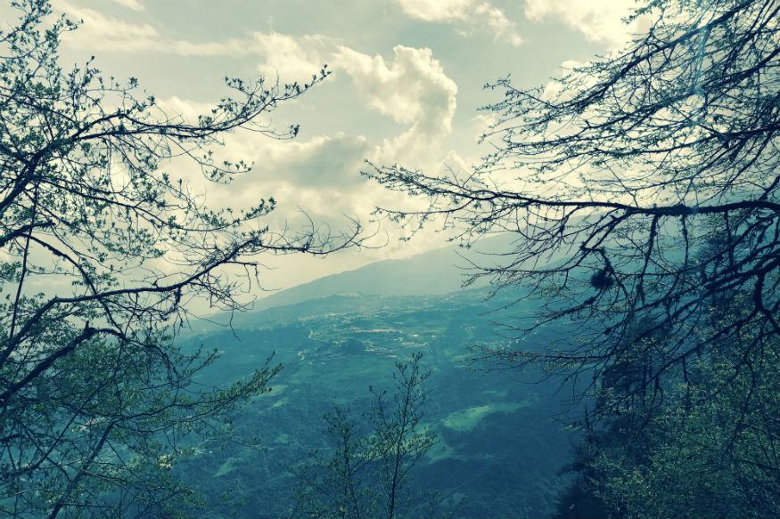 तवांग -अरुणाचल प्रदेश का तवांग प्रकृति प्रेमियों के लिए एक बेहतरीन और खूबसूरत पर्यटन स्थल साबित हो सकता है. यहां आपको चारों तरफ हरियाली बिखरते शैवाल और पेड़-पौधों से ढंके हुए पहाड़ मिलेंगे. आप गर्मियों की छुट्टियों में यहां सुकून के कुछ पल बड़े ही आराम के साथ काट पाएंगे.