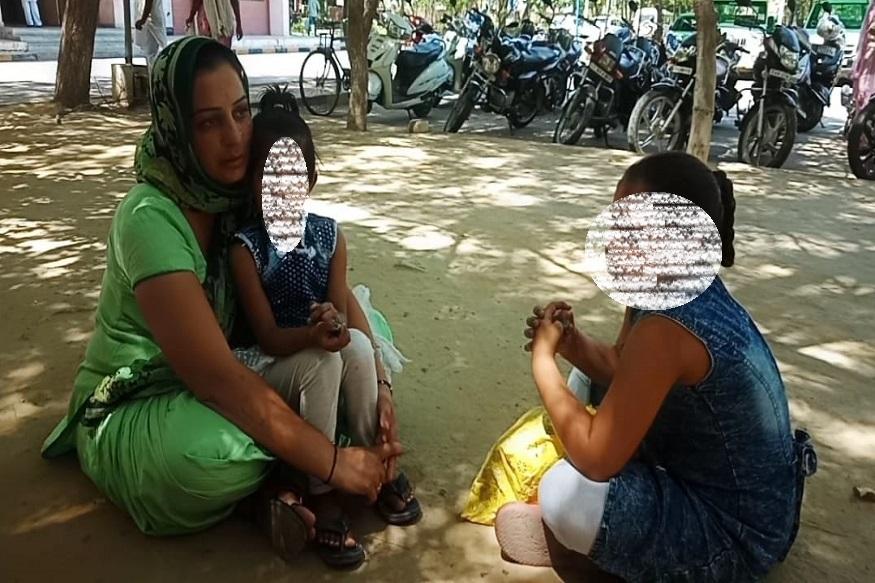 फतेहाबाद जिले के गांव ठरवी एक विधवा महिला अपने बच्चियों के सा लघु सचिवालय में धरने पर बैठ गई. महिला गांव के ही एक व्यक्ति के साथ लिव इन रिलेशन में रह रही है. महिला का आरोप है कि वह जिस व्यक्ति के साथ लिव इन में रह रही है उसने उसे धोखा दिया है और धोखे से उसकी सभी जायदाद अपने नाम करवा ली है. साथ ही अब वह उसके साथ मारपीट करता है.