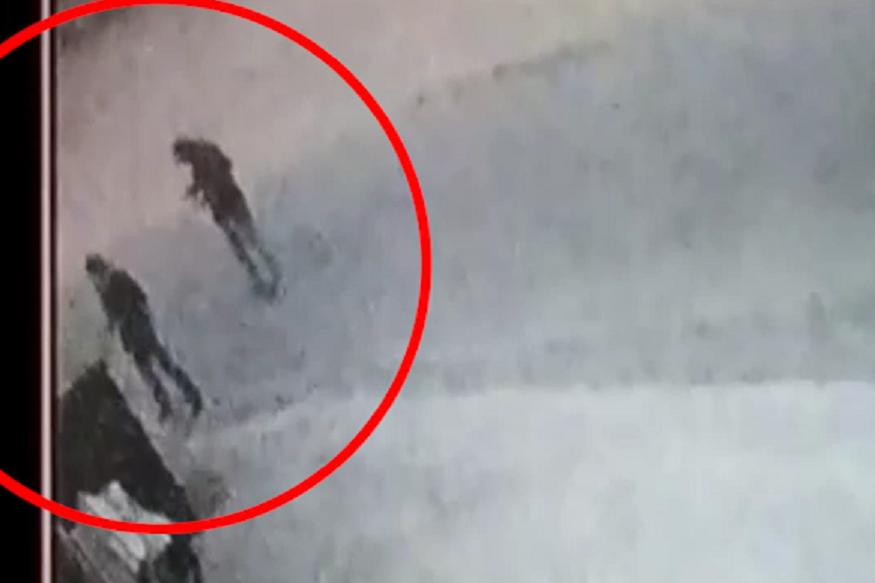 व्यवसायी की गोली मारकर हत्या, बाइकसवार बदमाश CCTV में कैद