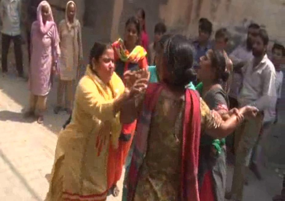 महिलाओं का आरोप है कि जब वो स्मैक का कारोबार करने वाली महिला के पास पहुंचना चाहा तो इस बीच एक राहगीर से भी इन महिलाओं ने नशे के समान की भी पुड़िया मंगवा ली. दो पुड़िया हाथ में आने के बाद पुलिस को भी इन महिलाओ ने फोन कर दिया.
