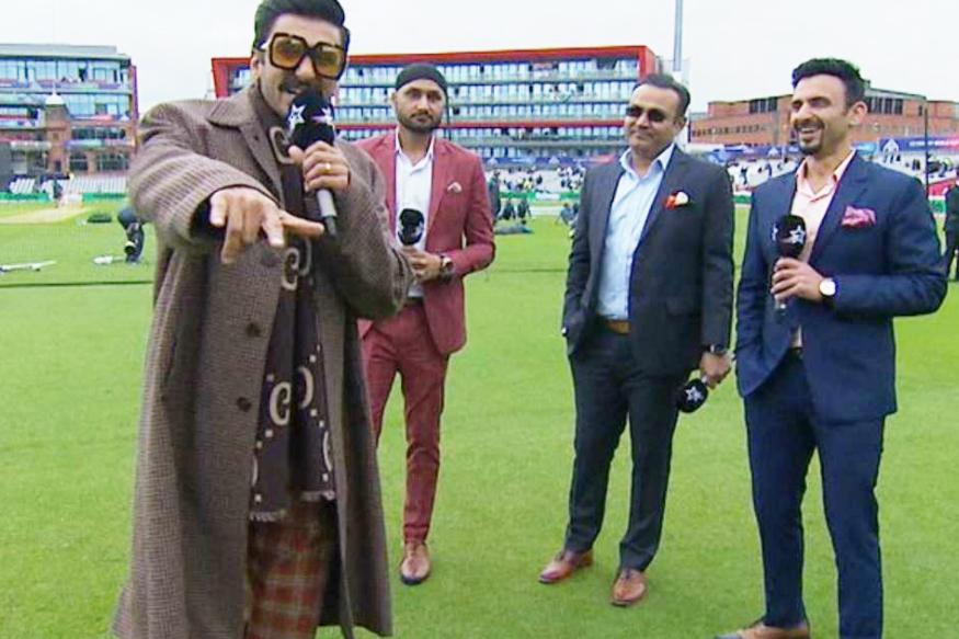 आईसीसी क्रिकेट वर्ल्ड कप 2019 के 22वें मैच में भारत और पाकिस्तान का मुकाबला हो रहा है. देशभर में लोग मैच पर निगाहें गड़ाकर बैठे हैं. भारतीय क्रिकेट टीम शानदार प्रदर्शन दे रही है वहीं इस मैच के दौरान रणवीर सिंह ने भी बाजी मार ली है. रणवीर सिंह ने भारत-पाक मैच के दौरान बड़ा एचीवमेंट हासिल कर लिया है. जहां एक तरफ बॉलीवुड सितारे सिर्फ मैच देखते ही पाए जाते हैं वहीं अभिनेता रणवीर सिंह ने सुनील गवास्कर और जतिन सप्रु जैसे दिग्गजों के साथ बैठकर भारत-पाकिस्तान मैच के दौरान शानदार कमेंट्री दी है. रणवीर सिंह इस माहौल को खूब इंजॉय करते दिखे.