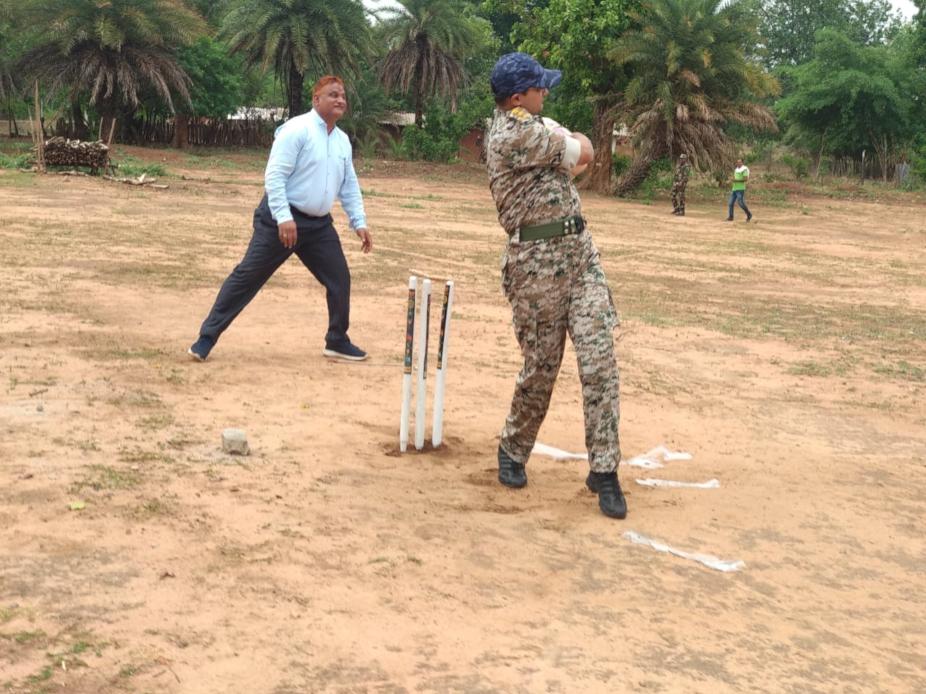 एसपी अभिषेक पल्लव ने न सिर्फ लोगों को दवा मुहैया कराई बल्कि उनके साथ क्रिकेट भी खेला.