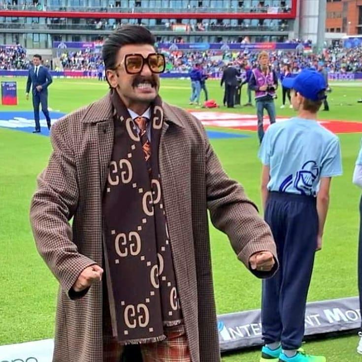 1983 क्रिकेट वर्ल्ड कप पर इस फिल्म में रणवीर, कपिल देव की भूमिका में हैं. वहीं दीपिका पादुकोण, कपिल देव की पत्नी रोमी भाटिया के रोल में नज़र आएंगी.