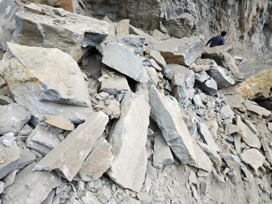 काशंग नाले के समीप हर दिन चट्टान गिरने का वाकया सामने आ रहे हैं. बीते रविवार को भी यहां बाइक पर चट्टान के गिरने से दो लोगों की मौत हो गई थी.