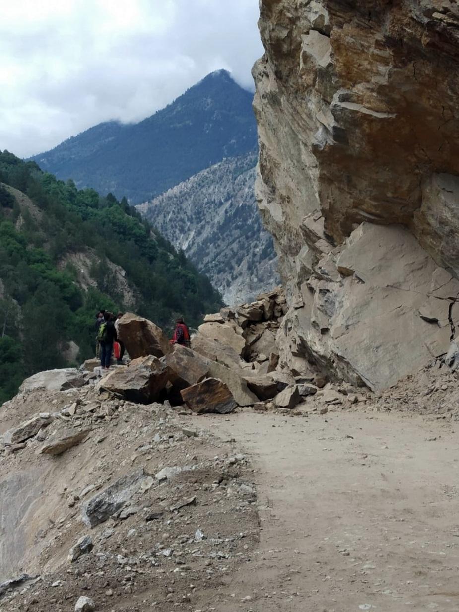 हिमाचल प्रदेश के किन्नौर जिले में मंगलवार सुबह नेशनल हाईवे-5 पर एक बार फिर से लैंडस्लाइडिंग हुई. किन्नौर के काशंग नाले के पास पहाड़ी दरकी. इससे हाईवे बंद हो गया, जिसे तीन घंटे बाद बहाल किया गया.