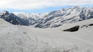 विश्व विख्यात रोहतांग दर्रा पिछले करीब 6 महीनों से भारी बर्फ की वजह से बंद पड़ा था. इसके अलावा, जल्द ही मनाली लेह हाईवे के पूरी तरह बहाल होने की उम्मीद है.
