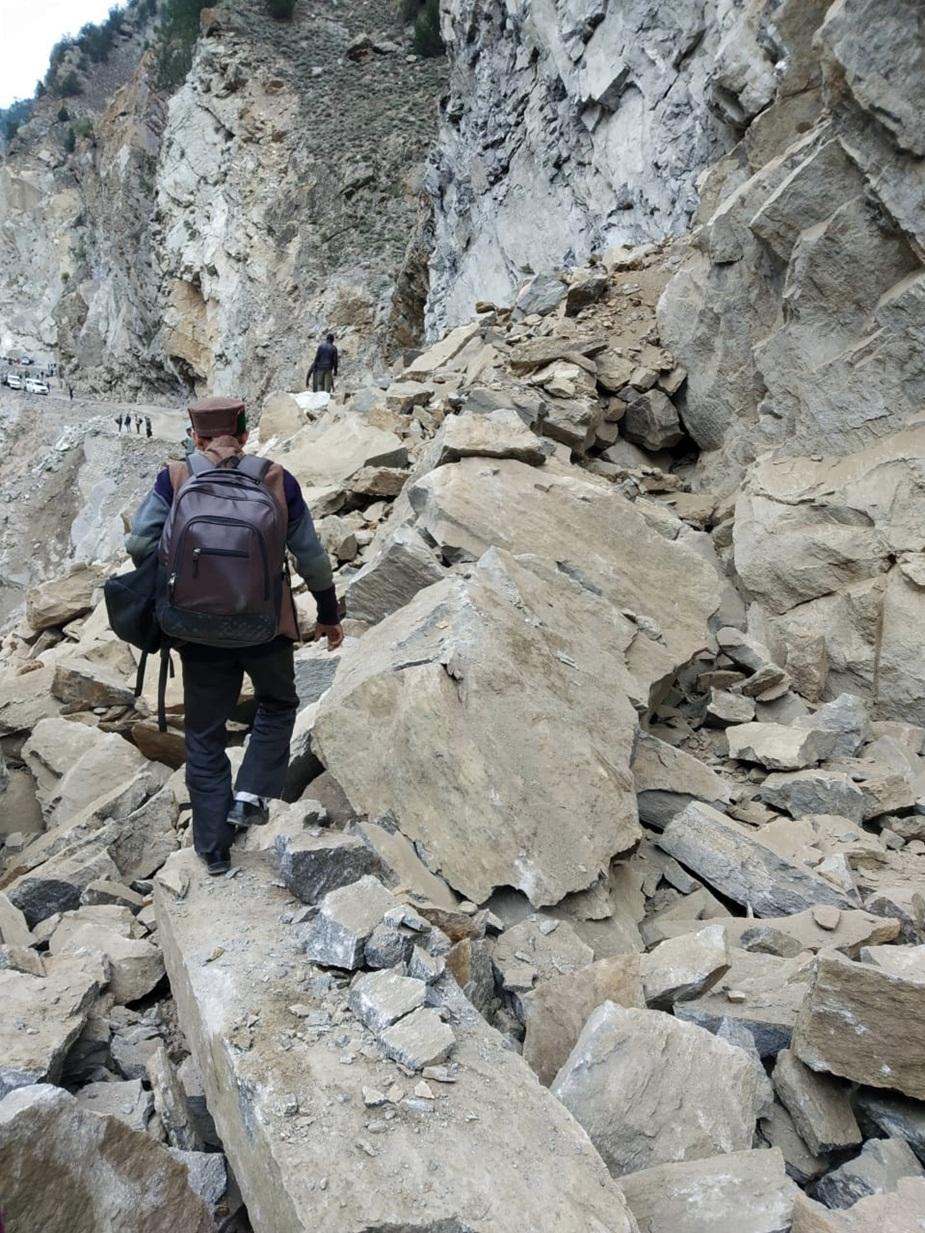 मंगलवार सुबह जब नाले के समीप जब पहाड़ी से चट्टान गिरी तो सड़क के दोनों तरफ लोग मौजूद थे.