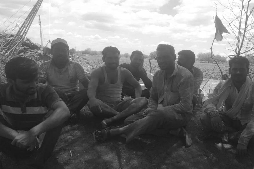 अक्षय अपने किसान साथियों के साथ सड़क बनाने के बीच सुस्ताते हुए