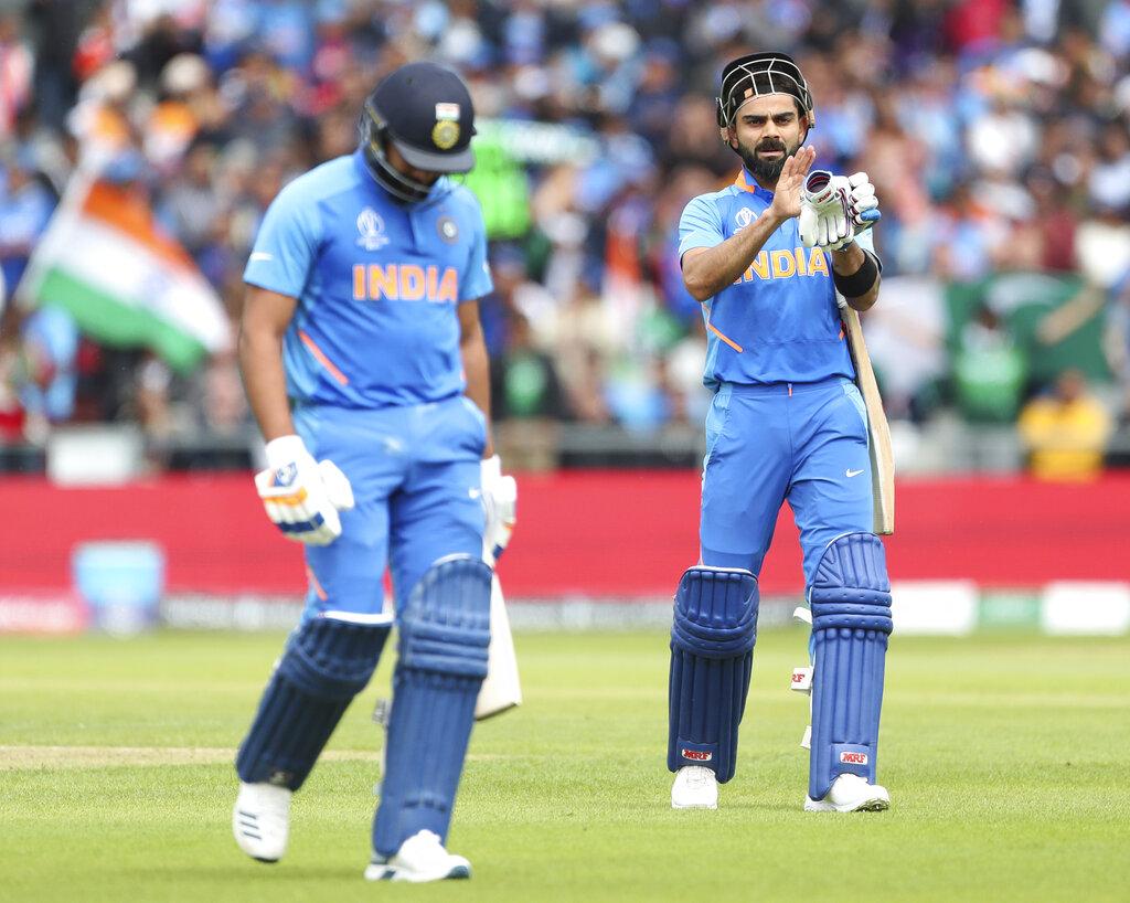 - आउट होने के बाद रोहित शर्मा बेहद गुस्से में पैवेलियन लौटे. एक बार के लिए तो उन्होंने अपना बल्ला भी खुद को मार दिया. रोहित इस मैच में काफी लय में नजर आ रहे थे. उन्होंने अपनी इस पारी में 14 चौके और 3 छक्के लगाए. (PC - AP)