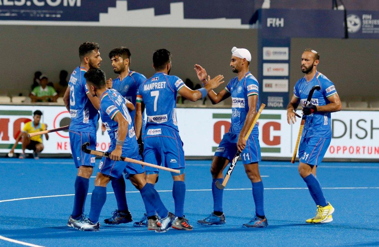 - पूल बी की बात करें तो अमेरिका ने पहले ही मैच में उलटफेर कर वर्ल्ड रैंकिंग में 25वें नंबर पर काबिज अमेरिका ने 16वें नंबर की टीम दक्षिण अफ्रीका को 2-0 से हराया दिया. 47वें मिनट में मिनट में कॉर्नर पर क्रिस्टियन एंजीलिस ने टीम को 1-0 की बढ़त दिलाई. (PC - hockey india)