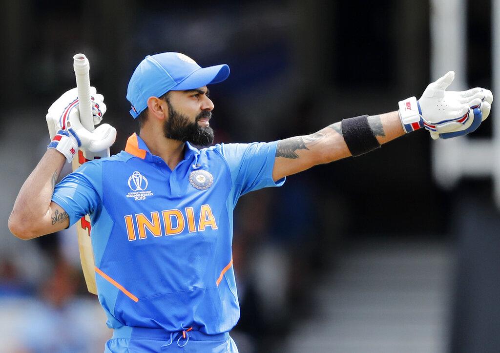 वनडे क्रिकेट में विराट कोहली 11000 रन से सिर्फ 57 रन दूर हैं. अगर विराट ऐसा कर लेते हैं तो वो सबसे तेज़ 11 हज़ार रन बनाने वाले बल्लेबाज़ बन जाएंगे. विराट ये कारनामा सिर्फ 222 पारियों में कर सकते हैं.(फोटो-AP)