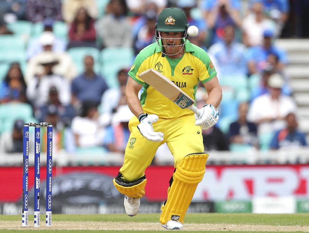 आईसीसी क्रिकेट वर्ल्ड कप के 20वें मैच में ऑस्ट्रेलियाई कप्तान एरॉन फिंच ने धमाकेदार बल्लेबाजी की. फिंच ने श्रीलंका के खिलाफ सिर्फ 97 गेंदों में सेंचुरी पूरी की. फिंच यहीं नहीं थमे उन्होंने इसके बाद 128 गेंदों में अपने 150 रन भी पूरे कर लिये. खास बात ये है कि फिंच ने अपना शतक छक्का लगाकर पूरी की. उन्होंने सिरिवर्दना की गेंद पर लॉन्ग ऑफ के ऊपर से छक्का लगाया. फिंच ने 153 रनों की पारी खेली.