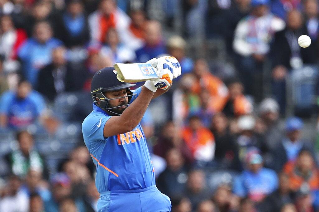 1. रोहित शर्मा: टीम इंडिया के ओपनर रोहित शर्मा जीत के सबसे बड़े हीरो रहे. उन्होंने केएल राहुल के साथ मिलकर पहले विकेट के लिए 136 रनों की साझेदारी की. टॉस जीत पाकिस्तान ने बड़ी उम्मीद के साथ टीम इंडिया को पहले बैटिंग के लिए बुलाया. आसमान में काले घने बादल के बीच पाकिस्तानी तेज गेंदबाज ओपनर्स को परेशान करना चाहते थे. लेकिन रोहित शर्मा ने धमाकेदार बैटिंग से पाकिस्तान की उम्मीदों पर पानी फेर दिया. उन्होंने सिर्फ 85 गेंदों पर शतक पूरा कर लिया. एक समय तो ऐसा लग रहा था कि वो वनडे में एक और डबल सेंचुरी लगा देंगे. लेकिन रोहित 140 रन बनाने के बाद आउट हो गए. ये वर्ल्ड कप में रोहित का दूसरा शतक था. वो मैच ऑफ द मैच रहे. (फोटो -AP)