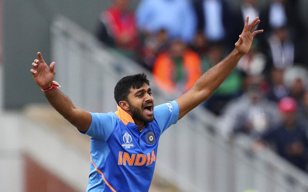 4. विजय शंकर: मांसपेशियों में खिंचाव के चलते भुवनेश्वर कुमार को पांचवें ओवर में ही मैदान छोड़ना पड़ा. ऐसे में विराट ने विजय को ओवर पूरा करने के लिए मोर्चे पर बुलाया. उन्होंने पहली गेंद पर ही इमाम उल हक को आउट कर दिया. वर्ल्ड कप में पहली ही गेंद पर विकेट लेने वाले वो तीसरे गेंदबाज हैं. शंकर ने इसके बाद सरफराज अहमद को भी आउट किया.(फोटो -AP)