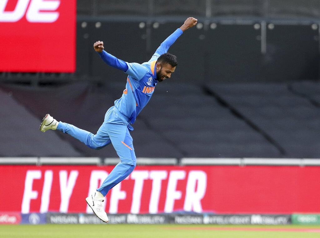 5. हार्दिक पंड्या: कप्तान विराट कोहली ने एक बार फिर से पंड्या को चौथे नंबर पर बैटिंग के लिए भेजा. उन्होंने 19 गेंदों पर 26 रनों की पारी खेली. गेंदबाज़ी के मोर्चे पर तो वो हीरो रहे. उन्होंने दो लगातार गेंदों पर दो विकेट लेकर पाकिस्तान के खेमे खलबवी मचा दी. सबसे पहले उन्होंने मोहम्मद हफीज़ को आउट किया. इसके बाद शोएब मलिक उनके शिकार बने.(फोटो -AP)
