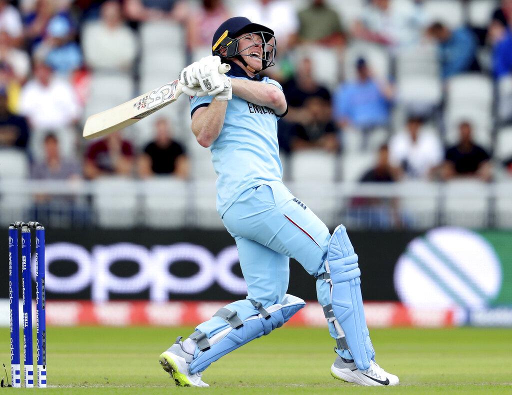 मैनचेस्टर के ओल्ड ट्रैफर्ड मैदान पर इंग्लैंड के कप्तान ऑयन मॉर्गन ने अपने बल्ले की धमक से पूरी दुनिया को हिलाकर रख दिया. अफगानिस्तान के खिलाफ ऑयन मॉर्गन ने 71 गेंदों में 148 रनों की पारी खेली. इस दौरान उन्होंने 17 छक्के लगा डाले. मतलब ऑयन मॉर्गन ने छक्कों से ही शतक लगा डाला, जो कि वनडे क्रिकेट में पहली बार हुआ है. ऑयन मॉर्गन एक मैच में 17 छक्के ठोकने वाले पहले बल्लेबाज हैं. आपको ये जानकर हैरानी होगी कि इस वर्ल्ड कप में ऑयन मॉर्गन ने अकेले ही 6 देशों से ज्यादा छक्के लगा डाले हैं.
