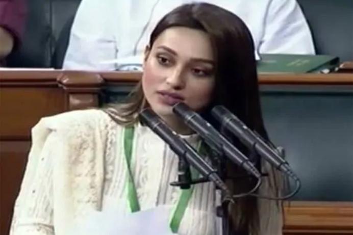 मिमी चक्रवर्ती ने इस दौरान क्रीम कलर का चिकनकारी सलवार कमीज पहना हुआ था. उन्होंने भी बांग्ला में शपथ लिया.