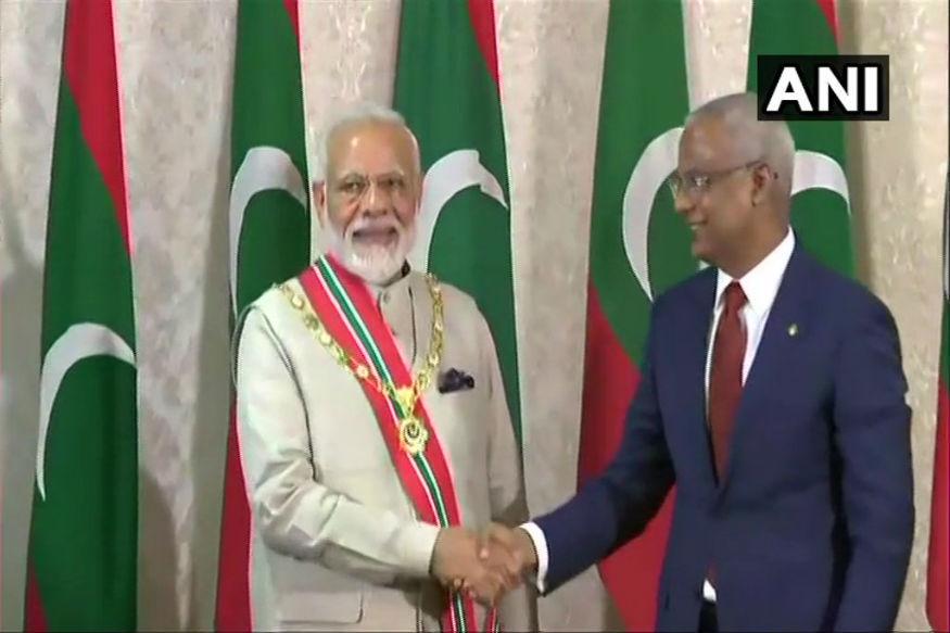 मोदी का माले हवाईअड्डे पर विदेश मंत्री अब्दुल्ला शाहिद ने स्वागत किया. प्रधानमंत्री मोदी को मालदीव द्वारा अपने सर्वोच्च सम्मान रूल ऑफ निशान इज्जुद्दीन से सम्मानित किया गया.